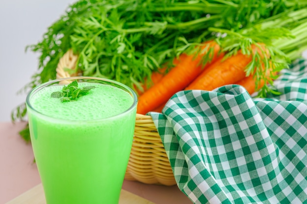Green smoothie in glass Premium Photo