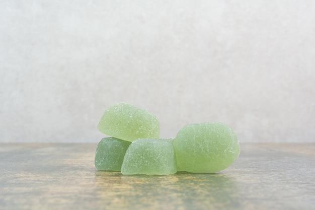 大理石の背景に緑の砂糖マーマルド。高品質の写真 無料写真