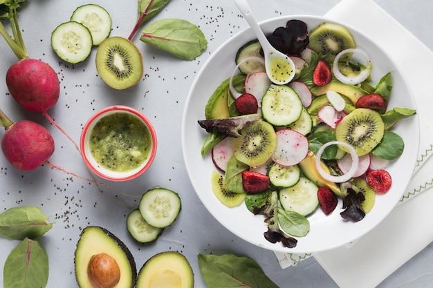 Insalata verde estiva con verdure e frutta Foto Gratuite