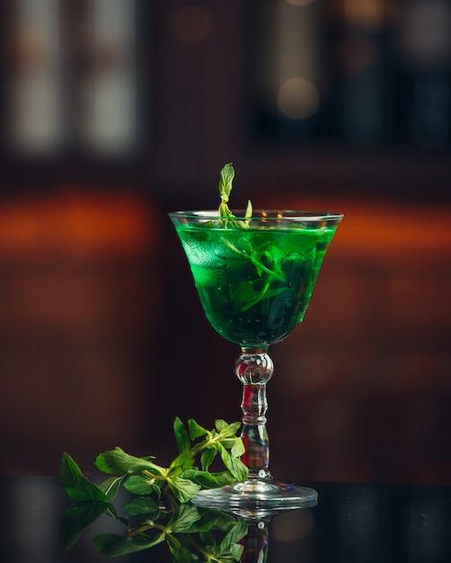テーブルの上の緑のタラゴンレモネード 無料写真
