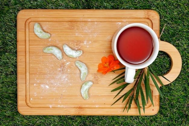 緑茶クッキーと木製トレイのお茶 Premium写真