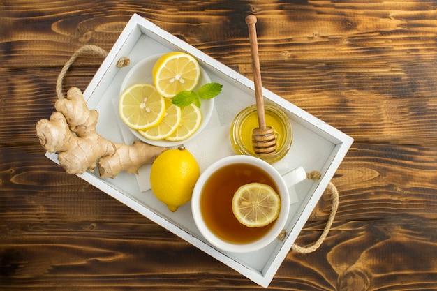 レモン、蜂蜜、生姜入りの緑茶 Premium写真