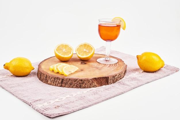 白い表面にレモンと緑茶。 無料写真