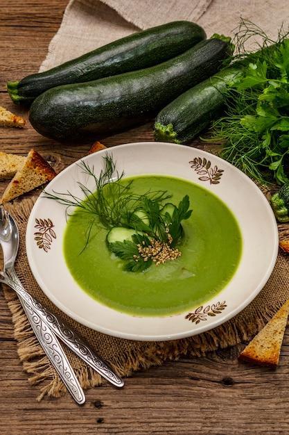 グリーンズッキーニのクリームスープ。 Premium写真