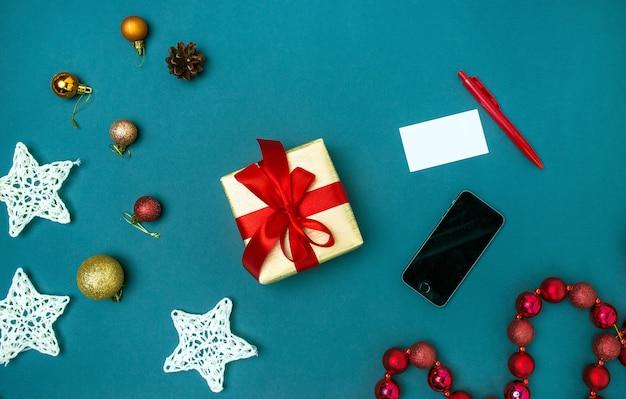 グリーティングカードは、クリスマスの装飾を持つテンプレートを模擬します。 無料写真