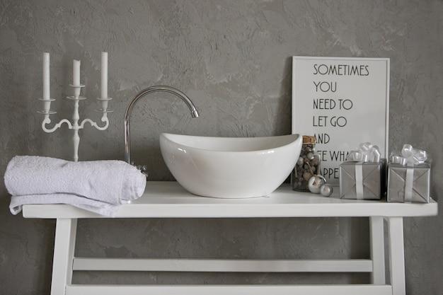 モダンなバスルームのインテリアに洗面台付きの灰色のキャビネット Premium写真