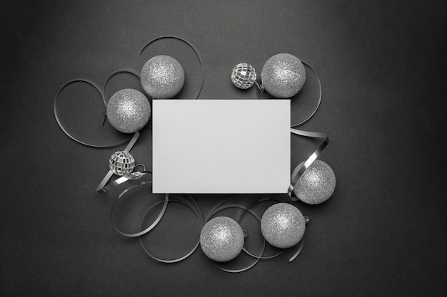 블랙 테이블에 회색 크리스마스 장식품 무료 사진