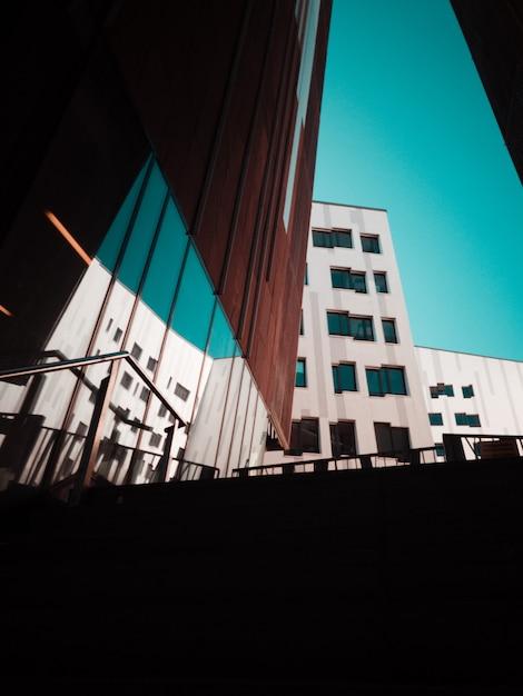 Edificio in cemento grigio durante il giorno Foto Gratuite