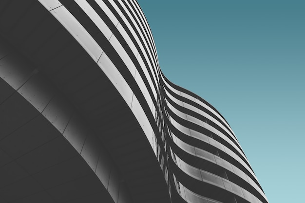 푸른 하늘 아래 회색 콘크리트 건물 무료 사진