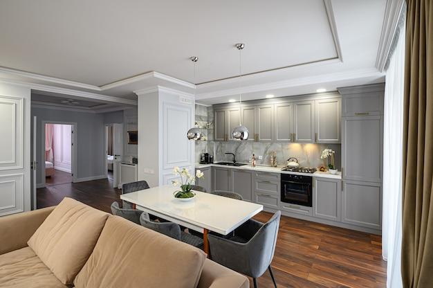 Интерьер серой современной классической кухни выполнен в современном стиле Premium Фотографии