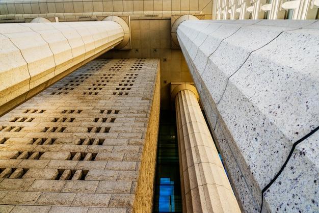 Dettagli colonna di marmo grigio sulla costruzione Foto Gratuite