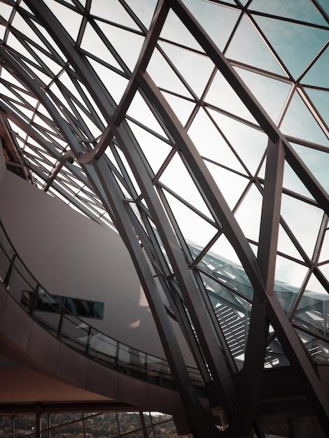 Серое металлическое оконное стекло в здании Бесплатные Фотографии