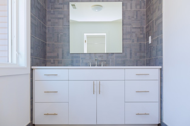 Grey stone pattern tiled contemporary bathroom interior design Premium Photo