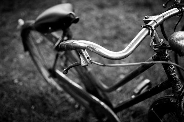 背景がぼやけている古い自転車のグレースケールのクローズアップショット 無料写真