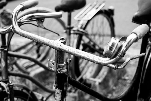 古い自転車のグレースケールのクローズアップショット 無料写真
