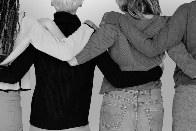 Группа друзей в оттенках серого, обнимая друг друга Бесплатные Фотографии