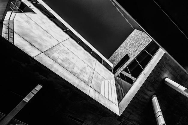 멋진 디자인의 건물의 회색조 낮은 각도 샷 무료 사진