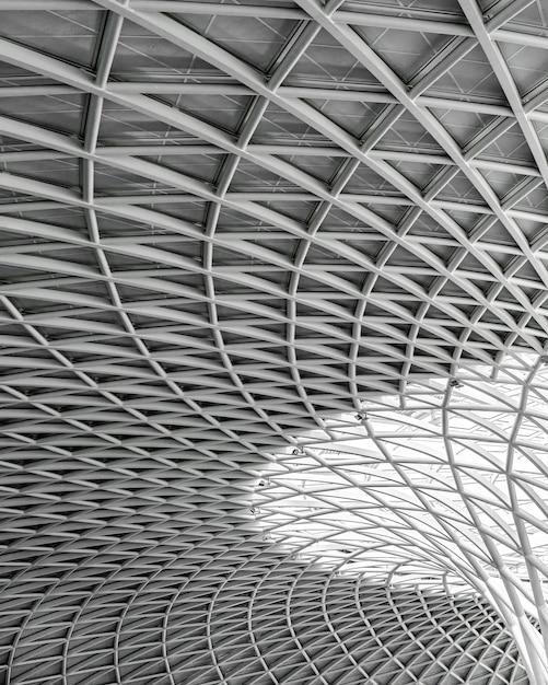 Оттенки серого современной архитектуры под светом Бесплатные Фотографии