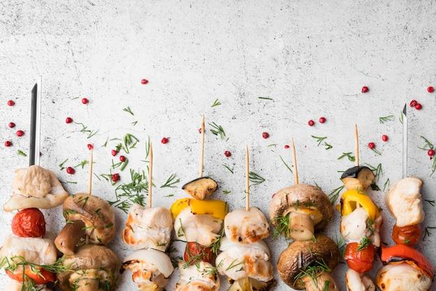 グリルチキンと野菜の串焼きを揃えました 無料写真