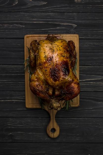 Pollo alla griglia su sfondo nero Foto Gratuite
