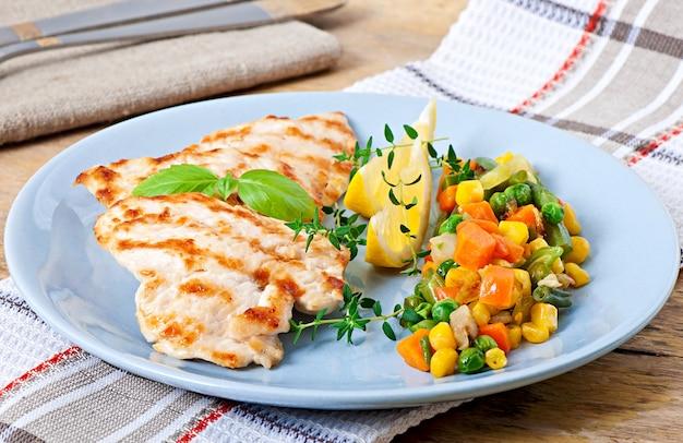 Petti di pollo alla griglia e verdure Foto Gratuite