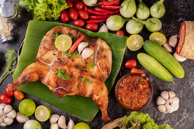 칠리 페 퍼, 마늘 소스와 함께 접시에 구운 된 닭고기와 고추 씨앗을 뿌리고. 무료 사진