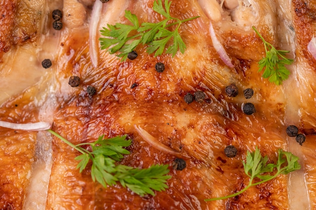칠리와 함께 접시에 구운 된 닭고기 마늘과 후추 씨앗을 뿌리고. 무료 사진