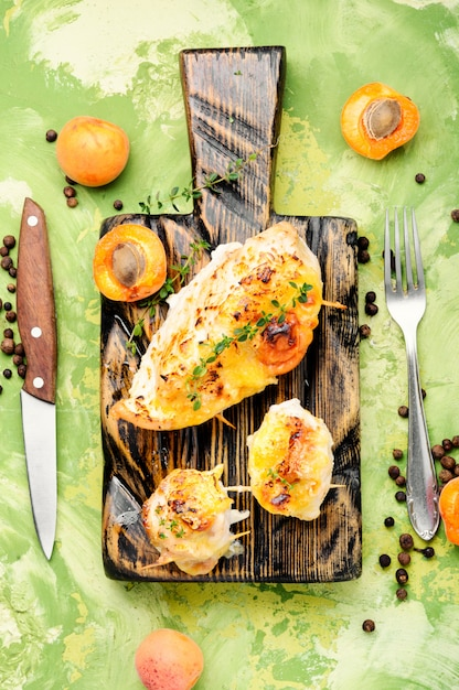 Grilled chicken with apricot Premium Photo