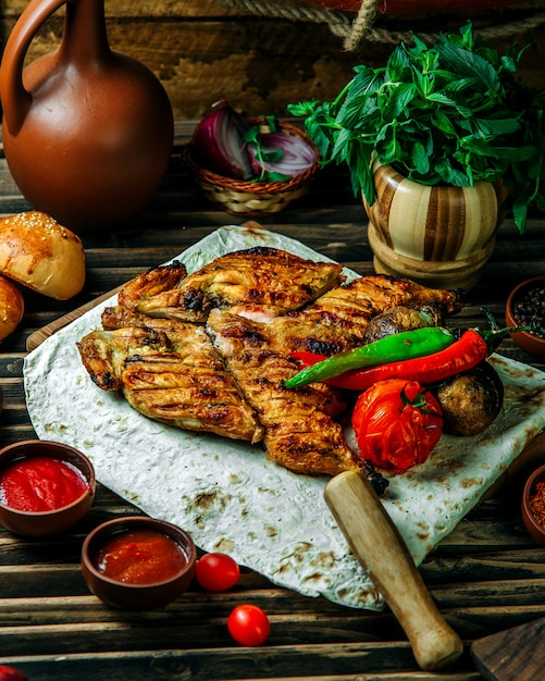 Grilled chicken with pepper and tomato Free Photo