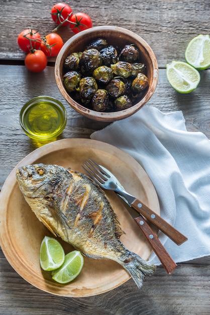 Дорада royale на гриле рыба со свежими и запеченными овощами Premium Фотографии