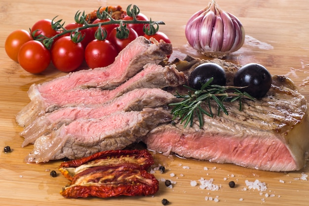 Grilled fiorentina steak with spices and vegetables Premium Photo