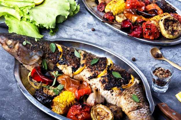 Grilled fish in a tray Premium Photo