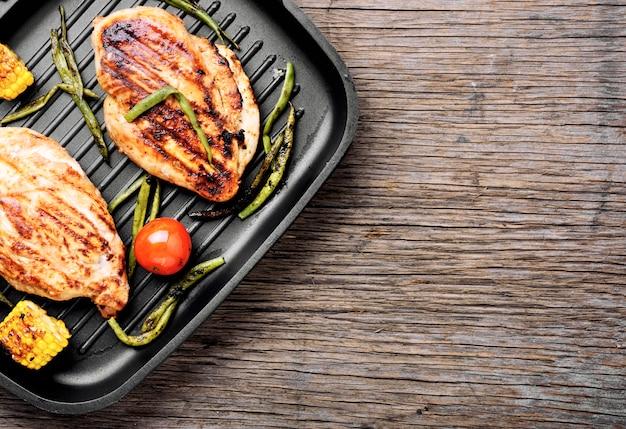 Grilled healthy chicken breasts Premium Photo
