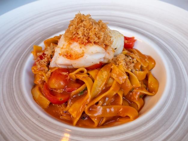 ロブスターのグリル、プレートのパスタ、地中海料理。 Premium写真