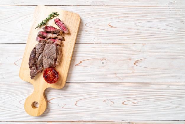 ミディアムレアビーフステーキ Premium写真
