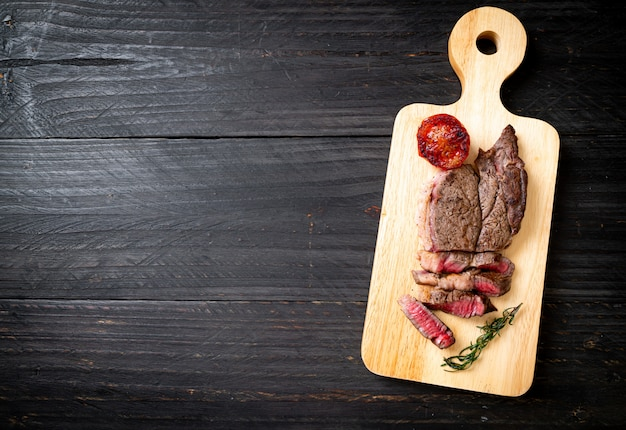 Средне-редкий стейк из говядины на гриле Premium Фотографии