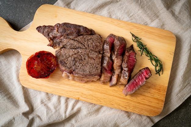 Grilled medium rare beef steak Premium Photo