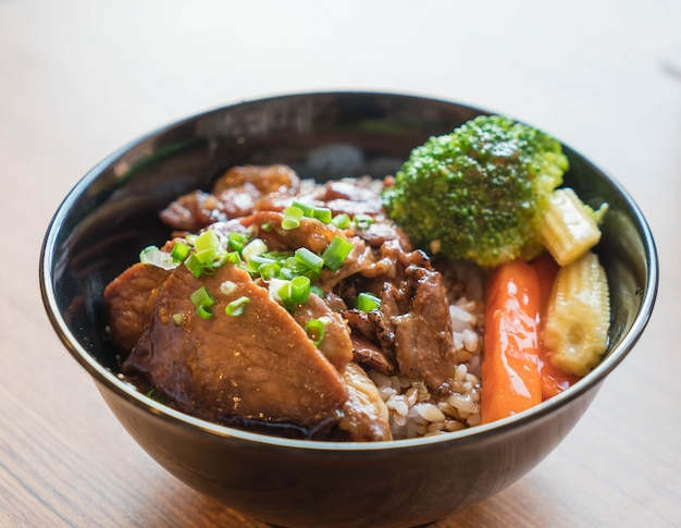 Grilled pork bowl with mixed vegetable Free Photo