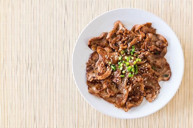 접시에 구운 돼지 고기 무료 사진