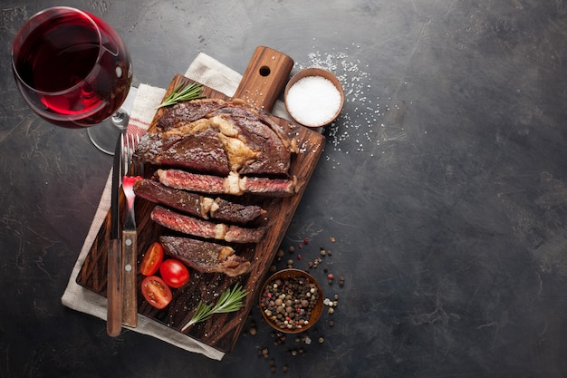 Grilled ribeye beef steak with red wine. Premium Photo