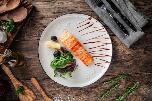 グリルしたサーモンフィレステーキとサラダ Premium写真