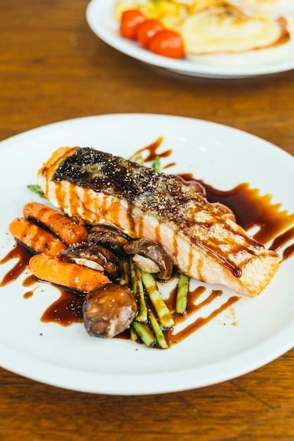 Grilled salmon meat fillet steak with vegetable Free Photo