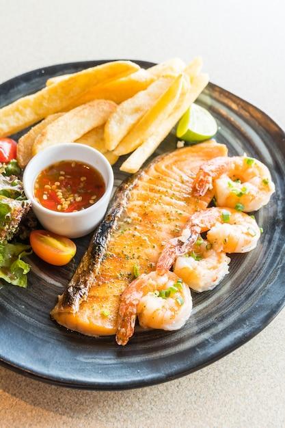 Grilled salmon and prawn steak Free Photo
