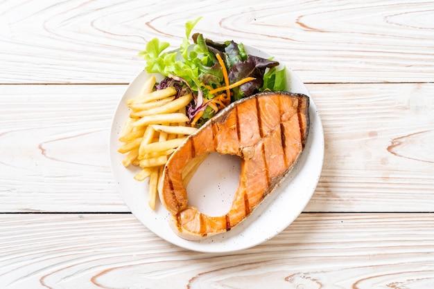 グリルしたサーモンステーキの切り身と野菜 Premium写真