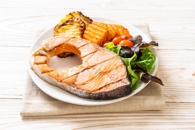 Grilled salmon steak fillet with vegetable | Premium Photo