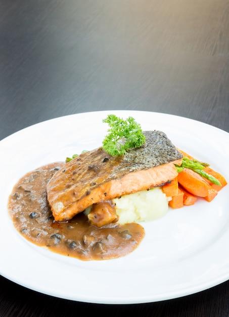 Grilled salmon steak Premium Photo