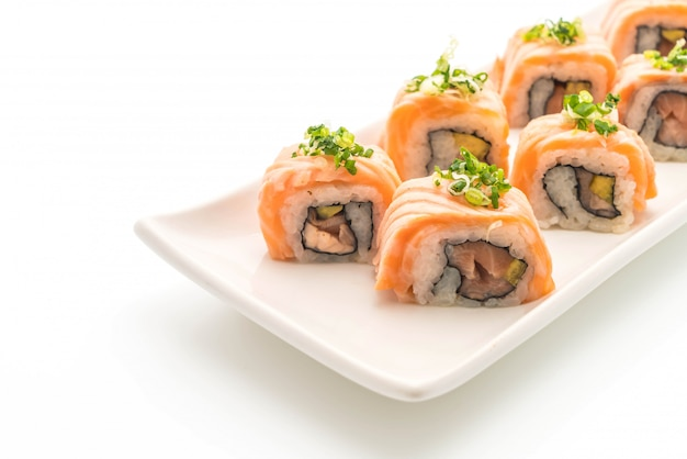Grilled salmon sushi roll - japanese food style Premium Photo