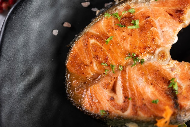 Grilled salmon with herbs Free Photo