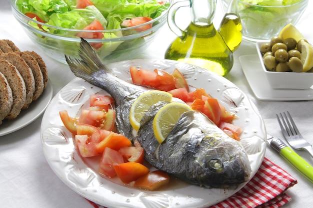 鯛のサラダとヘルシーなライフスタイルのグリル Premium写真
