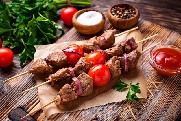 Grilled shish kebab skewers  with tomatoes Premium Photo